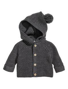 Check this out! BABY EXCLUSIVE/PREMIUM QUALITY. Een ribgebreid vest van de zachtste merinoswol. Het vest heeft een capuchon met een pompon bovenop, een knoopsluiting voor en lange raglanmouwen met een vastgestikte omslag onderaan. – Ga naar hm.com om meer te bekijken.