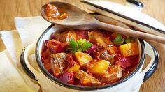 Die vitaminreiche Rote-Bete-Knolle schmeckt besonders gut aus dem Kochtopf. So auch in der Kombi mit Rindfleisch. Das Rezept Rote-Bete-Rindfleisch-Topf gibt die richtge Anleitung für die Zubereitung.