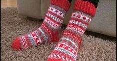 Jouluaiheisen Pinterest-kierroksen jälkeen teki mieli neuloa joulusukat kirjoneuleella. Aiemmin olen tehnyt jonakin vuonna x sellaiset joi... Knit Or Crochet, Yarn Crafts, Sink Tops, Knits
