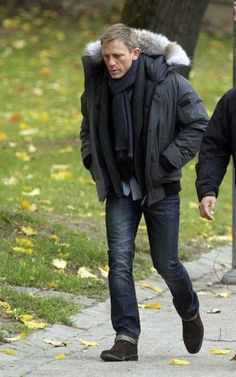 Daniel Craig on the set of Girl With A Dragon Tattoo Daniel Craig Style, Daniel Craig James Bond, James Bond Suit, James Bond Style, Daniel Graig, Outfits Hombre, Rachel Weisz, How To Pose, Gentleman Style