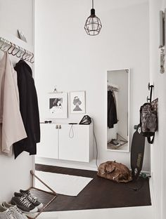 Tiny and Cozy Scandinavian Apartment (design attractor) - Flur Design Scandinavian, Scandinavian Apartment, Hallway Inspiration, Interior Inspiration, Entryway Organization, Organized Entryway, Organisation Ideas, Hallway Storage, Entryway Decor