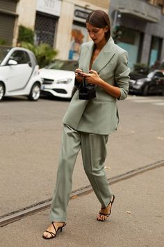 Street style / day 4 - page 3 vogue spain - outfits for work - Spring Outfits Women, Spring Fashion Outfits, Suit Fashion, Fashion Week, Autumn Fashion, Curvy Fashion, Fashion Trends, High Street Fashion, Business Outfit Damen