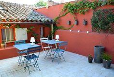 Un petit havre de paix dans un patio / Terrace Garden Deco, Terrace Garden, Pergola, Outdoor Tables, Outdoor Decor, Terracota, Patio Bar, Wall Bar, House Paint Exterior