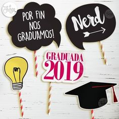 Photobooth Props Fotos Cartelitos Graduación Egresados - $ 210,00 en Mercado Libre Graduation Party Planning, Graduation Decorations, Graduation Party Decor, Grad Parties, Photobooth Props Printable, Prom Photography, School Notebooks, Ideas Para Fiestas, Party In A Box