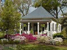 Adorable guest cottage on Paula Deen's property