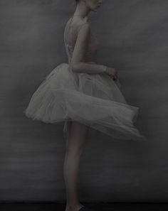 Valentino, haute couture. Robe tutu drapée en tulle. Sarah Moon