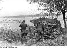 OCT 11 1943 Butchery of trench warfare on the Eastern front An artillery position on the banks of the Dnieper, Autumn Tiger Ii, German Soldiers Ww2, German Army, Military Photos, Military History, Luftwaffe, Ukraine, Operation Barbarossa, Red Army