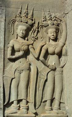 Détail de devatas, bas-relief en grès du temple d'Angkor Vat (Anfkor, province de Siem REap), première moitié du XIIe siècle.