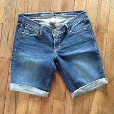 Jean Bermudas Jean Bermudas are comfy and stretchy. Worn a few times. Abercrombie & Fitch Pants Capris