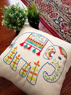 Cushion Embroidery, Etsy Embroidery, Hand Embroidery Art, Hand Embroidery Videos, Indian Embroidery, Embroidery Works, Diy Embroidery Designs, Hand Embroidery Patterns Flowers, Embroidery Stitches Tutorial
