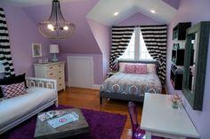 jugendzimmer mädchen dachschräge lila weiß schwarz holzboden