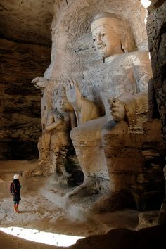 Contemplating the marvels of Yungang Caves / China (by d.teil).