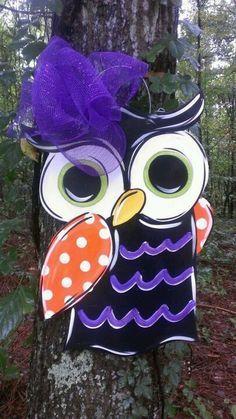 Love the owl door hanger! Perfect for Halloween Halloween Wood Crafts, Halloween Yard Decorations, Halloween Owl, Owl Door Hangers, Burlap Door Hangers, Burlap Art, Burlap Crafts, Burlap Projects, Wood Projects