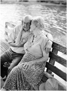 Film Freitag // 65 Jahre Ehe - Fotografie Film Friday // 65 years of marriage - Couples Âgés, Vieux Couples, Older Couples, Couples In Love, Photo Calin, Grow Old With Me, Growing Old Together, Old Folks, Lasting Love