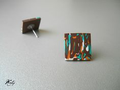 Vzorky 4 Náušnice z polymerové hmoty Velikost 1,5 x 1,5 cm Puzety jsou z chirurgické oceli Silikonové zařážky jsou součástí objednávky