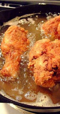 Recipe for Skillet Fried Chicken - Unlike most fried chicken recipes I have tried, this one creates a nice crunchy crust and very moist, tender meat. Not an easy combination to achieve. chicken recipes dinners,cooking and recipes Fried Chicken Legs, Crispy Fried Chicken, Fried Chicken Recipes, Easy Fried Chicken Recipe, How To Fry Chicken, Cast Iron Fried Chicken, Fried Chicken Drumsticks, Buttermilk Fried Chicken, Vegetarian Recipes
