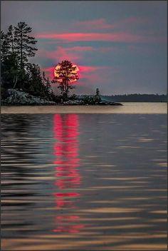 Mặt trời xuống biển như hòn lửa Sóng đã cài then, đêm xập cửa.