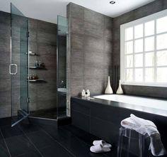 banheiro - azulejos escuros e prateleiras no box