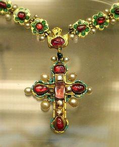 Cruz del relicario  Oro esmaltado con rubíes diamantes y perlas, de Europa del Este 17o-18a c (?)