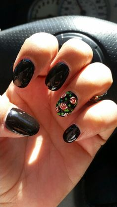 Black oval nails with roses