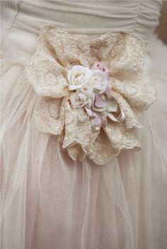White Lace and Tulle Sewing Aprons, Sewing Clothes, Fabric Flower Brooch, Shabby, Tulle, Fru Fru, Brooch Bouquets, Linens And Lace, Handmade Flowers