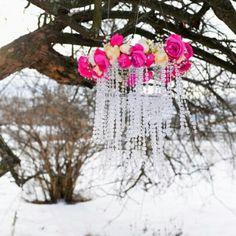 Хрустальная люстра с венком из цветов своими руками! Шикарно для свадьбы или оформления фотосессии #любовь #романтика #нежность #свадьба #зима #зимняяфотосессия #wedding #winter #decor #love #фотосессия #люстра