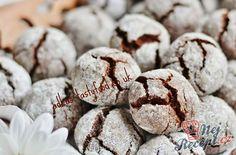 Z každé strany na mě vybíhají fotky extrémně čokoládových sušenek s popraskaným vzhledem. Jejich název je crinkles. Jsou to silně čokoládové sušenky. I když nepatří k levným dezertům, protože se používá co nejkvalitnější čokoláda, rozhodně si je zamilujete. Určitě jsem je nepekla naposled. Autor: adkas