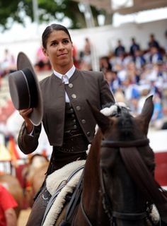 French rejoneadora Lea Vicens, who takes part in bullfighting on… – Art Of Equitation Gaucho, Trick Riding, Riding Habit, Folk Costume, Horse Photography, Equestrian Style, Women In History, Horse Riding, Dressage