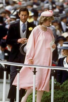 Princess Diana, the Bystander Years - This was Diana at Ascot in 'Because of her condition,' she arrived by car, joining the rest of the gang once they'd got out of the Royal carriage. Diana Fashion, Royal Fashion, Charles And Diana, Prince Charles, Prince And Princess, Princess Of Wales, Real Princess, Disney Inspired Fashion, Inspired Outfits