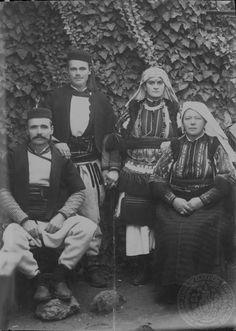 """Παραδοσιακή γυναικεία ενδυμασία του Σμηλόβου """"Από Γιάλεσνικ της Δίβρας αυτήν την φορεσιά έχουν και οι γυναίκες του Σμηλόβου"""". GENNADIUS LIBRARY ARCHIVES Photographs from the Historical Archives Stephanos Dragoumis"""