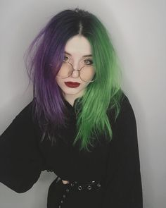 colored hair Where does split hair come from. Two-tone hair. Two-tone hair trend. Dyed Hair Ombre, Dyed Hair Pastel, Dye My Hair, Hair Dye Colors, Cool Hair Color, 2 Tone Hair Color, Two Toned Hair, Split Dyed Hair, Half Dyed Hair
