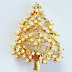 ☆EISENBERG ICE CHRISTMAS TREE☆ Love the pearls and rhinestones on this one! Sharing from my personal collection. #vintagejewelrylounge #jewelry #jewelryporn #jewelrylovers #jewelryaddiction #jewelrydesigner #fashion #fashionista #bling #rubylaneshop #classicstyle #classic #sparkly #rhinestonejewelry #pearls #jewellry #jewelrydesign #jewelrybloggers #jewelryblog #jewelrydesigner #christmastree #christmastreepin #christmastreebrooch #christmastree #holidayjewelry #eisenbergjewelry eisenberg