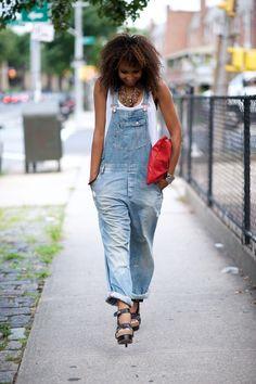 Jardineira jeans / denim overall Denim Dungarees, Jeans Denim, Jean Overalls, Street Chic, Street Style, Salopette Jeans, Light Denim, Carrie Bradshaw, Fashion Outfits