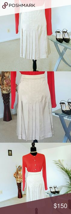 ST. JOHN COLLECTION skirt (Price is firm) This skirt is absolutely stunning St. John Collection Skirts