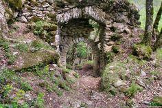 Roquefort-sur-le-Sor (Les Cammazes), Tarn, FranceLe premier hommage pour Roquefort remonte un peu après l'an Mil. Il s'agissait d'un refuge pour les cathares des pays du Tarn à l'arrivée des croisés en 1209. A cette époque, l'évêque catholique de Carcassonne est de la famille seigneuriale de ce château, elle-même en majorité cathare. Apparemment, aucune opération militaire contre le castrum n'est mentionnée pendant le XIIIième siècle bien que Simon de Montfort soit passé à Sorèze en avril… Carcassonne, Refuge, France, Castles, Images, Outdoor Structures, Architecture, North Sea, Mediterranean Sea
