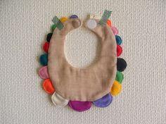 赤ちゃん用よだれかけ(スタイ)になります。color : beigesize : FREE(首回り:約24cm)素材:(表:Wガーゼ)綿 100% (飾り布)...|ハンドメイド、手作り、手仕事品の通販・販売・購入ならCreema。