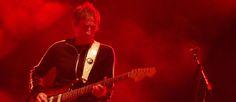 http://mundodemusicas.com/saul-davies-james/ - Fiquei amigo do guitarrista e violinista dos James e fui descobrindo um Saul Davies franzino e irrequieto, que se sentia um 'alien' em Portugal.