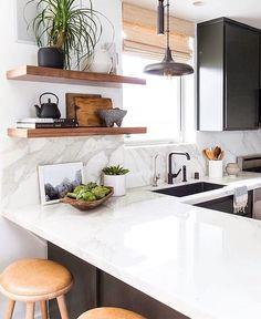A Duda do @casa_casada mostra aqui uma cozinha cheia de luz mesmo com armários escuros, os revestimentos escolhidos iluminam a cozinha e…