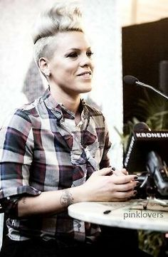 Pink having a moment Alicia Moore, Beth Moore, Short Shaved Hairstyles, Pink Hairstyles, Pixie Cut Shaved Sides, Pink Quotes, Queen, Female Singers, Pink Fashion