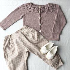 Bellajakken ferdi til D. Dette blir ett herlig antrekk å bruke i sommer!:) #bellatrøje #bellajakke #leneholmesamsøe #jentestrikk #knitting #knitinspo123 #norskbarnemote