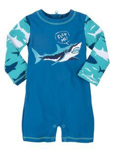Blauwe jongens Rash Guard van het kinderkleding merk Hatley, voorzien van Lange mouwen en korte benen. Deze zwemkleding of strandkleding beschermd uw kind tegen de felle zon. deze zwemkledij heeft een print van een haai met de tekst : feed me