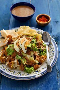 gado-gado ^^~ egg, potato, vegetables, tofu, and tempe with peanut sauce! yummy #indonesianfood