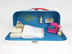 Make a dollhouse for your kiddos out of a lunch box.