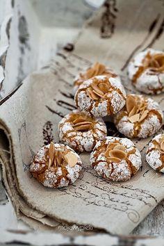 Italian Amaretti Cookies (Gluten Free) Translate from Polish! Cookie Desserts, Just Desserts, Cookie Recipes, Delicious Desserts, Dessert Recipes, Yummy Food, Italian Desserts, Biscuit Cookies, Yummy Cookies