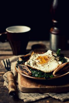 Ode to the Egg [Sauteed Purple Kale with Charred Shallots & Fried Egg] There are few things I wouldn't do for an egg in the morning. I wake up thinking of them, trying to recall what veg I have in the. Dark Food Photography, Breakfast Photography, Rustic Photography, Life Photography, Jamba Juice, Food Design, Food Pictures, Food Styling, Love Food