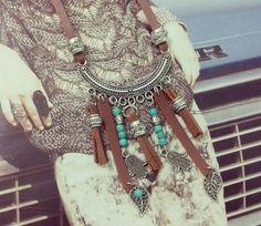 Colar em couro ecológico e metal prata com pingentes de couro e pedras turquesas naturais. <br> <br>Comprimento do colar: 70 cm