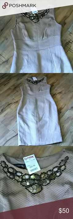 👗💵 Sale Jones New York dress size 6 Gorgeous gold dress with beautiful embellishment at the neck. Fully line brand new with the tag still on it it's a size 6 I wear size 4 as a little big in the hips that's why I'm selling it. It is in excellent condition never worn will be Line 39 inches long. 59% cotton 41% polyester. Jones New York Dresses Midi