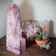 Zen ⅅℰℂᎾℛ °˚ - Pinterest: Crackpot Baby 🍒 Desert Rose Crystal, Rose Quartz Crystal, Pink Quartz, Crystal Healing, Crystal Magic, Healing Stones, Crystal Bedroom Decor, Crystal Decor, Crystal Altar