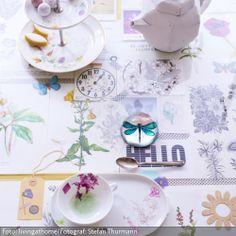 Statt einer Decke schmückt diesen Tisch eine Collage aus Postkarten, getrockneten Blumen und Illustrationen aus alten Blumenfibeln, die mit Masking Tape fixiert wurden. Mehr Frühlingsideen gibt es auf www.roomido.com