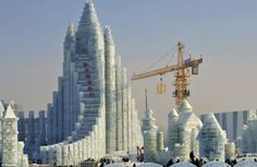 Workers and a crane are seen next to a newly built ice sculpture of a castle ahead of the Harbin Ice and Snow Festival in Harbin, China. Harbin, Bloc Autocad, China Bank, Frozen Castle, Ice Art, Snow Sculptures, Sculpture Art, Ice Castles, Snow And Ice